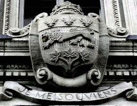 On aperçoit la devise du Québec inscrite sous les armoiries au Parlement de Québec - Je me souviens.